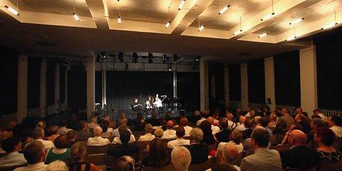 In der Bauhaus-Aula beging die Freimaurerloge «Zu den drei Säulen» den Festakt anlässlich ihres 100-jährigen Jubiläums. Dabei wurde das Kammerspiel «Mein lieber Moses» uraufgeführt. (Foto: Thomas Ruttke)