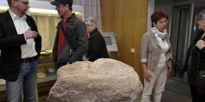 """Die Freimaurer verwenden viele Symbole in ihrem Brauchtum. Der """"rauhe Stein"""" steht für den Menschen, wie er ist, solange er nicht beginnt, an sich zu arbeiten. Symbolisch dafür steht der Mahlstein vom Burgwall Krakau (Ragösen). (Foto: Lutz Sebastian)"""
