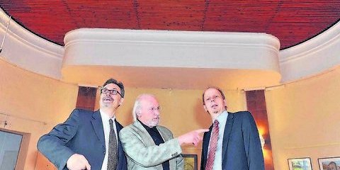 Uwe Dorand (r.), Herbert Haase (Köthen) und Hartwig Kloevekorn (Hamburg) im Versammlungsraum der Freimaurerloge «Zu den drei Säulen»
