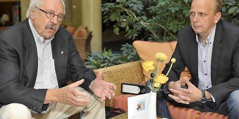 Br. Jens Oberheide (l.) und Uwe Dorand, Meister vom Stuhl der Freimaurerloge «Zu den drei Säulen», bei einem Vorbereitungstreffen zum Logen-Jubiläum. (Foto: Sebastian)