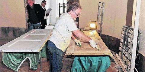 Der Saal des Logenhauses in der Ferdinand-von-Schill-Straße 7 wird wiederhergerichtet, damit er künftig wieder als Tempel für die Freimaurerloge «Zu den drei Säulen» genutzt werden kann. Auch Dr. Peter König hilft bei den Arbeiten. (Foto: L. Sebastian)